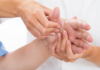 Bei Der Rheumatoiden Arthritis (kurz: RA) Handelt Es Sich Um Eine  Entzündung Der Gelenke. Durch Ihr Häufiges Aufreten Bei Menschen Mittleren  Und Höheren ...